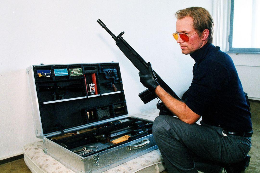 """Der """"Wolf im Schafspelz"""": Victor Roth (Jochen Horst) macht seine Waffen scharf. - Bildquelle: Grabka Sat.1"""