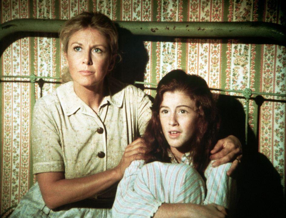 Olivia Walton (Michael Learned, l.) und Elizabeth (Kami Cotler, r.) warten auf den Poltergeist, der seit einiger Zeit im Haus sein Unwesen treibt. - Bildquelle: WARNER BROS. INTERNATIONAL TELEVISION