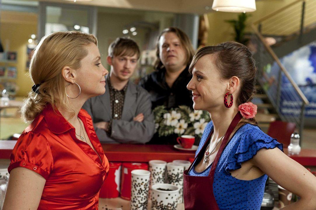 Während Oliver im den Hochzeitsvorbereitungen mit seiner Elli steckt, sind Danni (Annette Frier, l.), Hannes (Tino Mewes, 2.v.l.) und Nils (Oliver F... - Bildquelle: Frank Dicks SAT.1