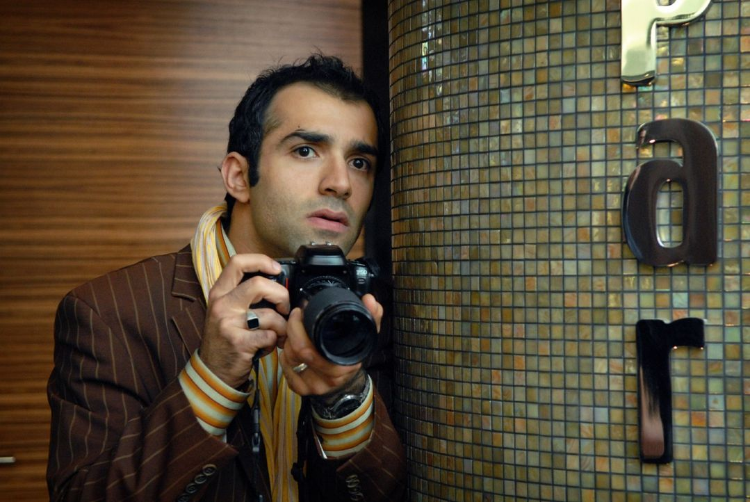 Alfonso (David Hamade) arbeitet mit Franziska im Team und beobachtet sie aus sicherer Entfernung, um dann das Beweisfoto zu schießen ... - Bildquelle: Martin Kurtenbach Sat.1