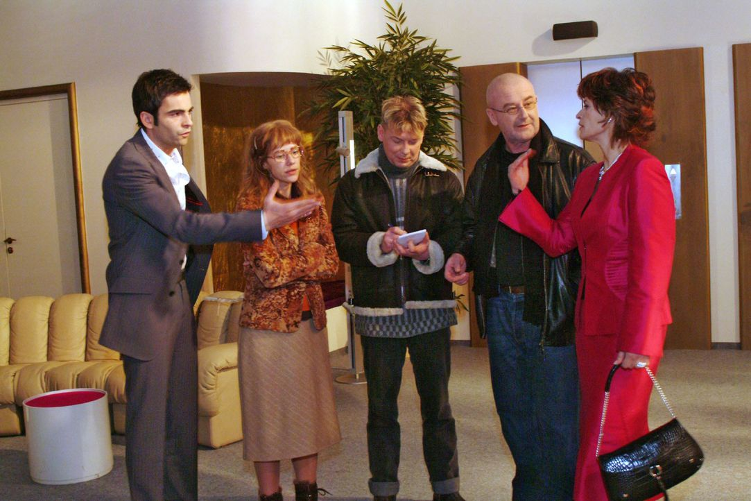 Lisa (Alexandra Neldel, 2.v.l.) ist froh, dass David (Mathis Künzler, l.) ihr nach Richards Übergriff zur Seite steht. Sophie (Gabrielle Scharnitzky... - Bildquelle: Monika Schürle Sat.1
