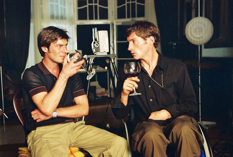 Christoph (Thomas Scharff, l.) und Jonathan (Benjamin Sadler, r.) sehen gemeinsam einen alten Film, den ihr Vater am Blockhaus gedreht hat. - Bildquelle: Susan Skelton Sat.1