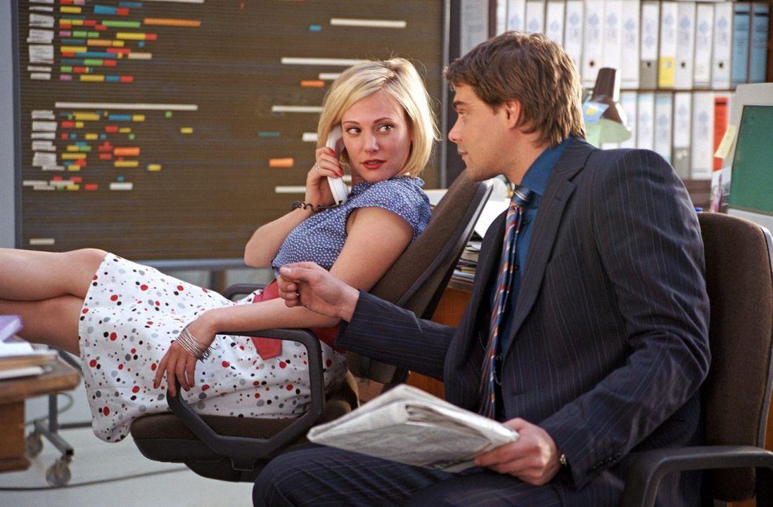 Kai (Raphaël Vogt, r.) trifft das erste Mal auf Johanna Thalbach (Eva Hassmann, l.). Die ahnt nicht, dass Kai ihren Ex-Mann und dessen neue Frau Dor... - Bildquelle: Aki Pfeiffer Sat.1