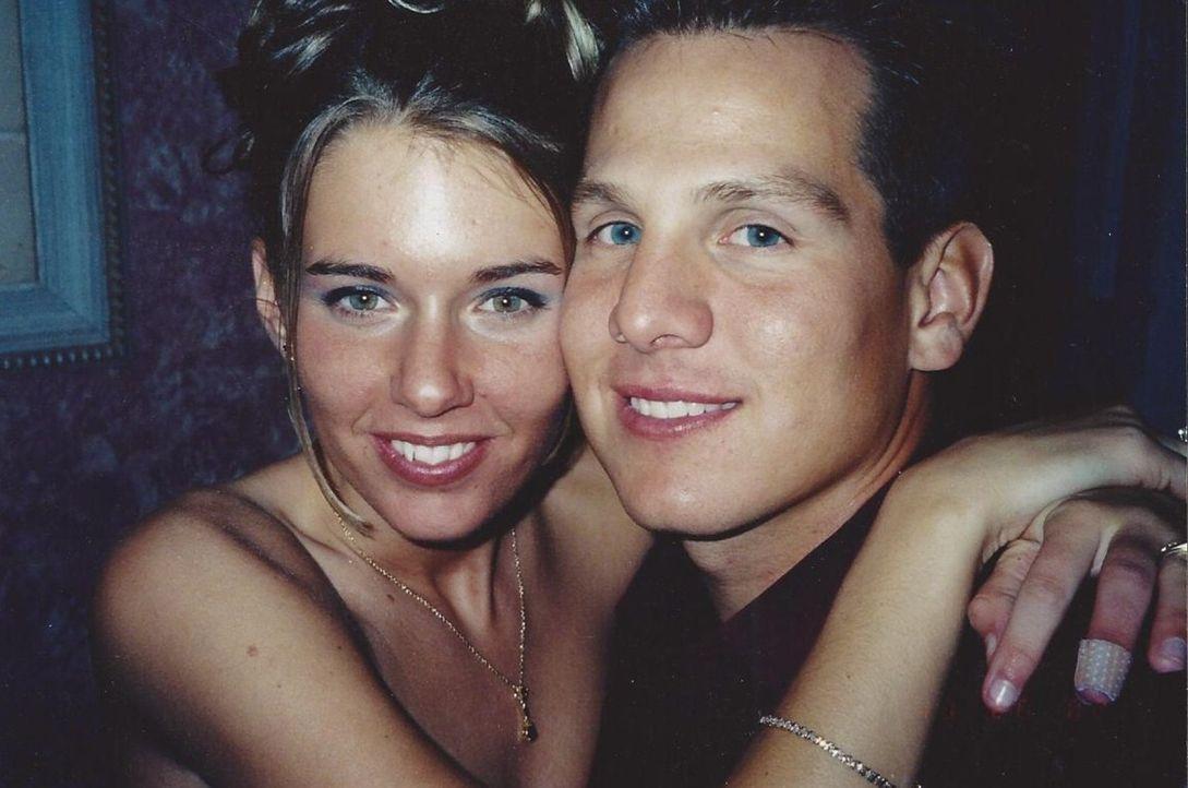 Im Jahr 1996 lernt die lebenslustige Cameron Wallace (l.) den schüchternen Ryan Clutter (r.) während eines Kunstkurses kennen. Was für Cameron eine... - Bildquelle: Atlas Media, 2011