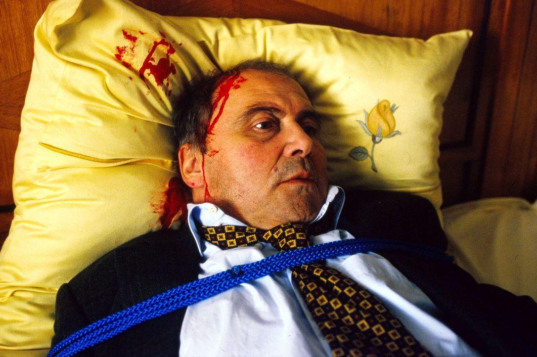 Unternehmer Georg Schnappinger (Lambert Hamel) hat ein böses Erwachen: nach der Feier zur bevorstehenden Ehrung mit dem Bayrischen Verdienstorden, e... - Bildquelle: Magdalena Mate Sat.1