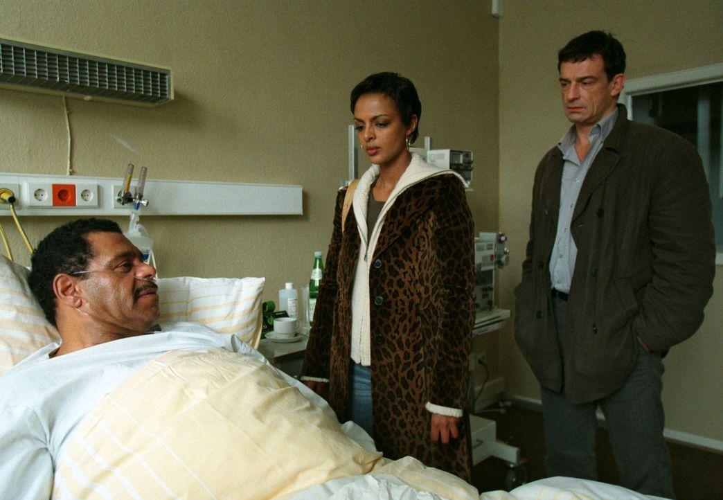 Steiner (Thomas Sarbacher, r.) und Annabel (Dennenesch Zoudé, M.) besuchen den schwer kranken Morgan Jenkins (Günther Kaufmann, l.) im Krankenhaus. - Bildquelle: Thomas Kost Sat.1