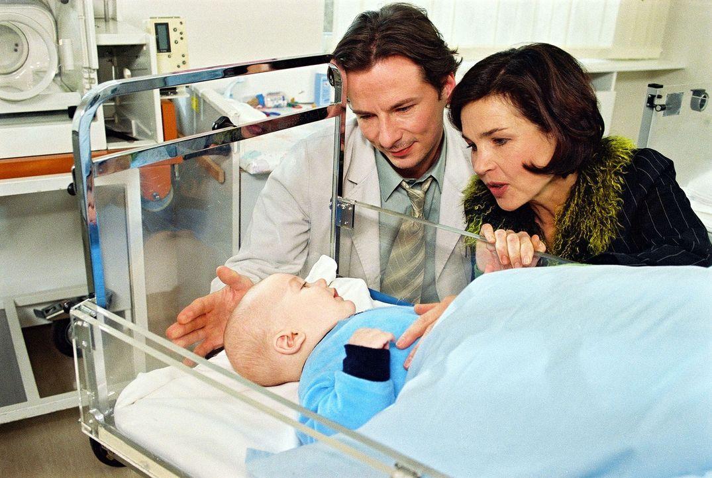 Meier-Liszt (David C. Bunners, M.) und seine Frau Gundula (Claudia Brosch, r.) kümmern sich liebevoll um ihren Sohn Arthur (Luca Hellebrandt, l.). - Bildquelle: Noreen Flynn Sat.1