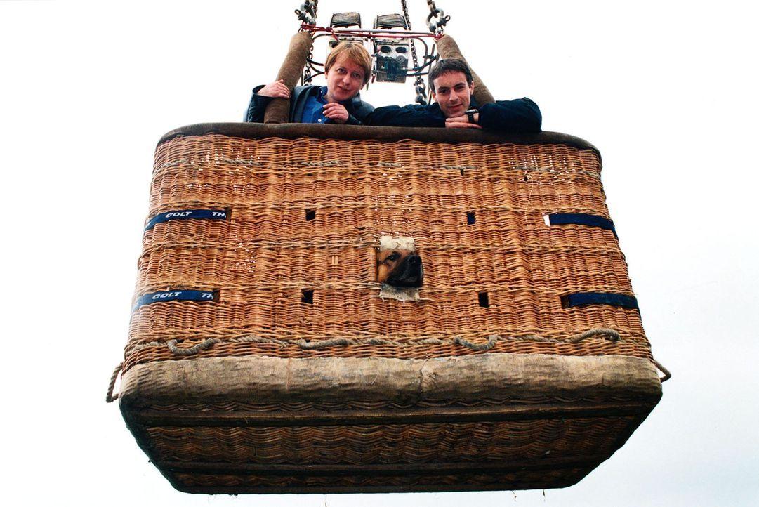 Ein Tombola-Gewinn lädt die Kommissare Böck (Heinz Weixelbraun, l.) und Brandtner (Gedeon Burkhard, r.) zu einer Ballon-Fahrt über Wien. - Bildquelle: Ali Schafler Sat.1
