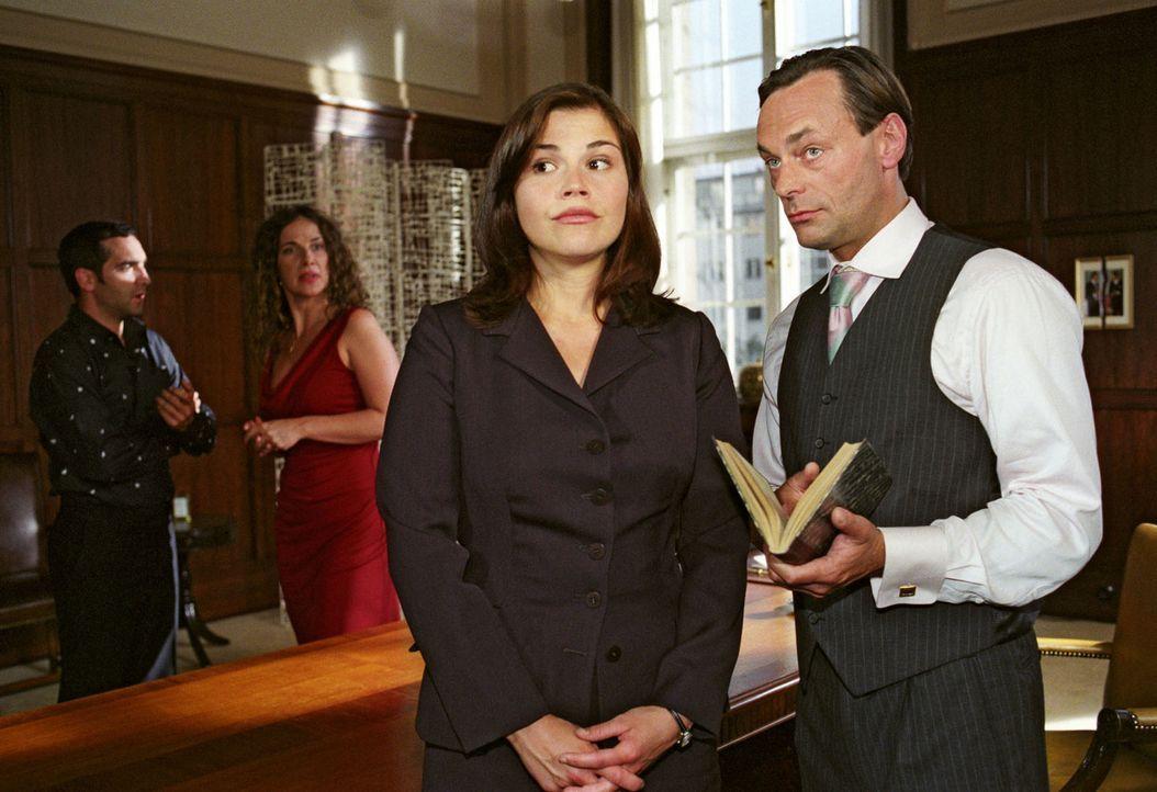 Da staunt der Chef (Peter Benedict, r.) nicht schlecht: Scheidungsanwältin Pia (Katharina Wackernagel, 2.v.r.) legt seit ihrer romantischen Hochzeit... - Bildquelle: Noreen Flynn Sat.1