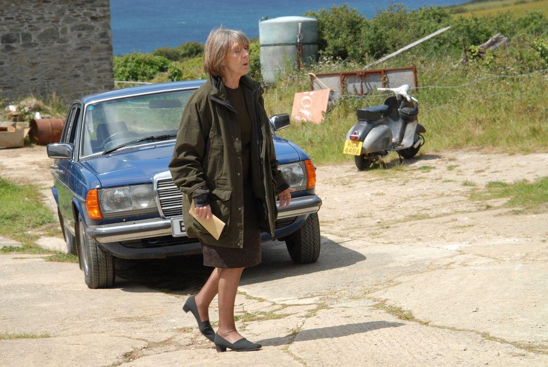Um einen neuen Zaun einkaufen zu können, übergibt Ruth (Eileen Atkins) Al 800 Pfund. Doch dessen Vater steckt in einer finanziellen misslichen Lage... - Bildquelle: BUFFALO PICTURES/ITV