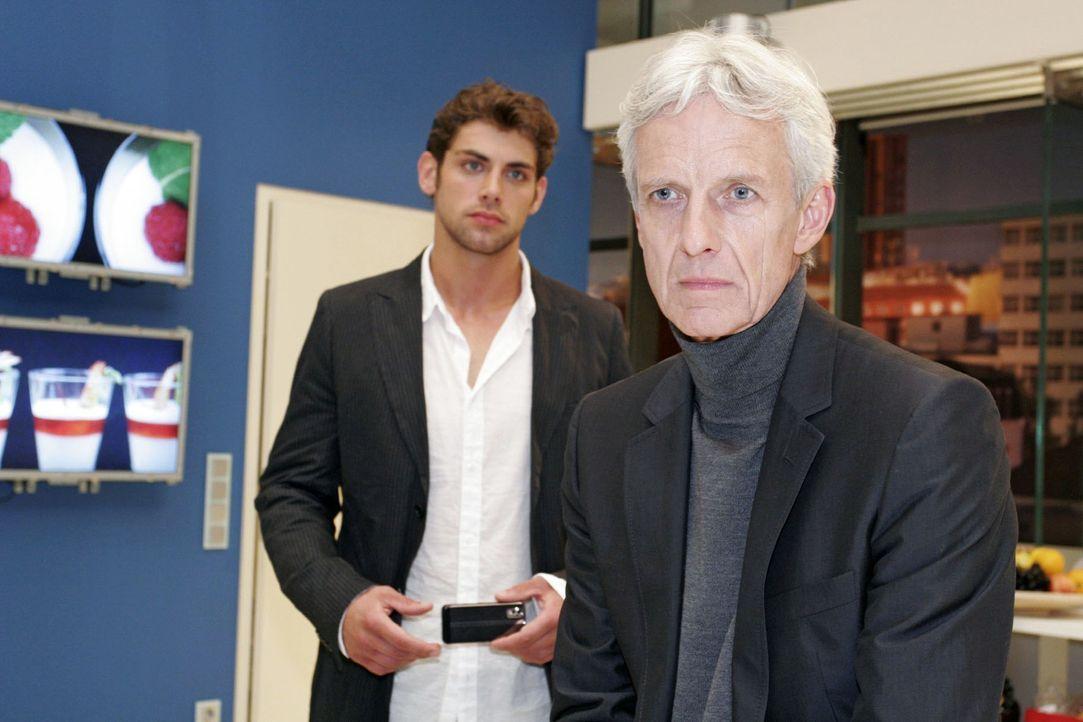 Jonas (Roy Peter Link, l.) will von seinem Vater (Mathieu Carrière, r.) wissen, was zwischen ihm und seiner Mutter los ist ... - Bildquelle: Claudius Pflug Sat.1
