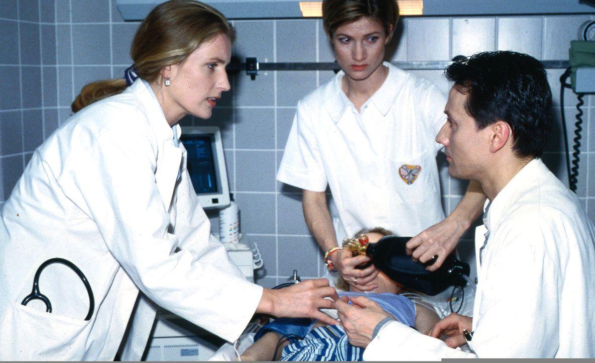 Dr. Charlotte Weiß (Maria Furtwängler, l.), Schwester Ina (Astrid Fünderich, M.) und Dr. Markus Kampmann (Ulrich Reinthaller, r.) kämpfen um das Leb... - Bildquelle: Daehn Sat.1