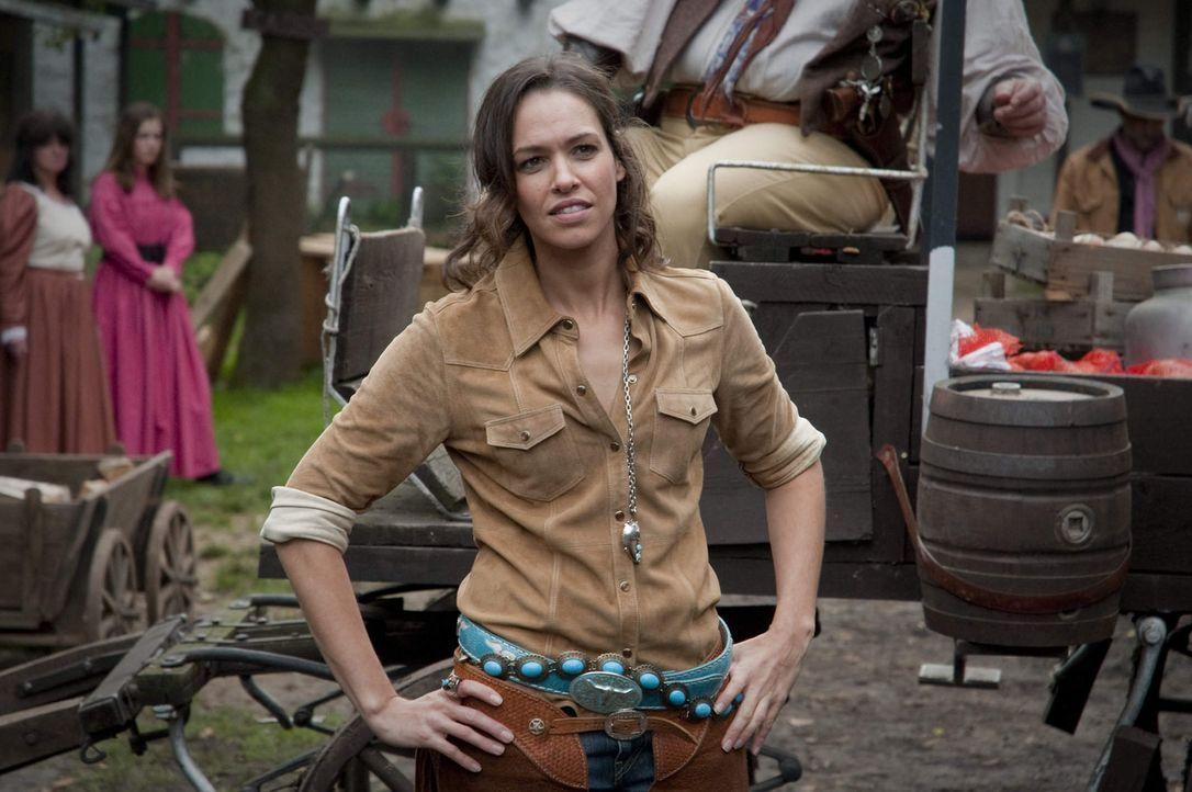 Cowgirl Maike Tamm (Nadine Brandt, r.) hatte ein Verhältnis mit dem Ermordeten. Jetzt soll sie ihrem Ehemann ein hieb- und stichfestes Alibi liefern... - Bildquelle: Martin Rottenkolber SAT.1