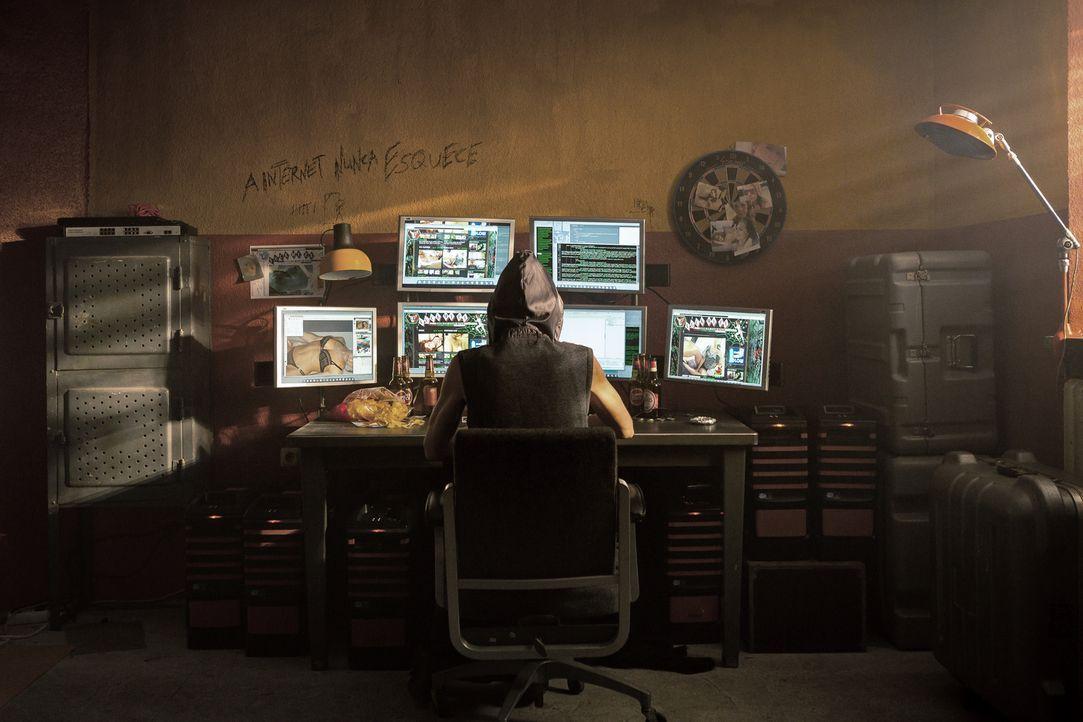 """Kann die Hackerin Tigress (Lilian Prent) die menschenverachtende Website """"Racheporno"""" lahmlegen? - Bildquelle: Arvid Uhlig SAT.1/ Arvid Uhlig"""