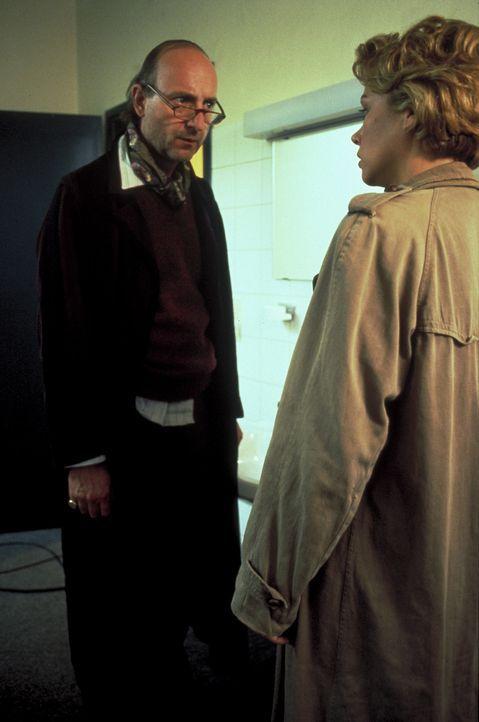 Um dem vermeintlichen Mörder nahe sein zu können, nimmt Katja (Jennifer Nitsch, r.) ein Zimmer in einem Hotel. Schon bald vertraut sie sich dem eige... - Bildquelle: Frank Lemm ProSieben