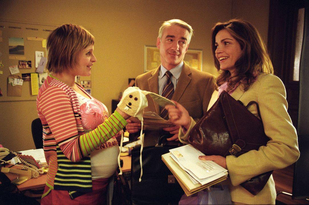 Sandras (Rebecca Immanuel, r.) und Felix' (Christoph M. Ohrt, M.) Sekretärin Biene (Isabel Tuengerthal, l.) ist hochschwanger und muss für ein paar... - Bildquelle: Hardy Spitz Sat.1
