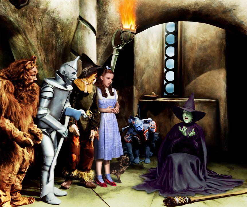 Als die Freunde (v.l.n.r.: Bert Lahr, Jack Haley, Ray Bolger) Dorothy (Judy Garland, 2.v.r.) befreien wollen, riskiert die böse Hexe des Westens (Ma... - Bildquelle: Warner Bros.