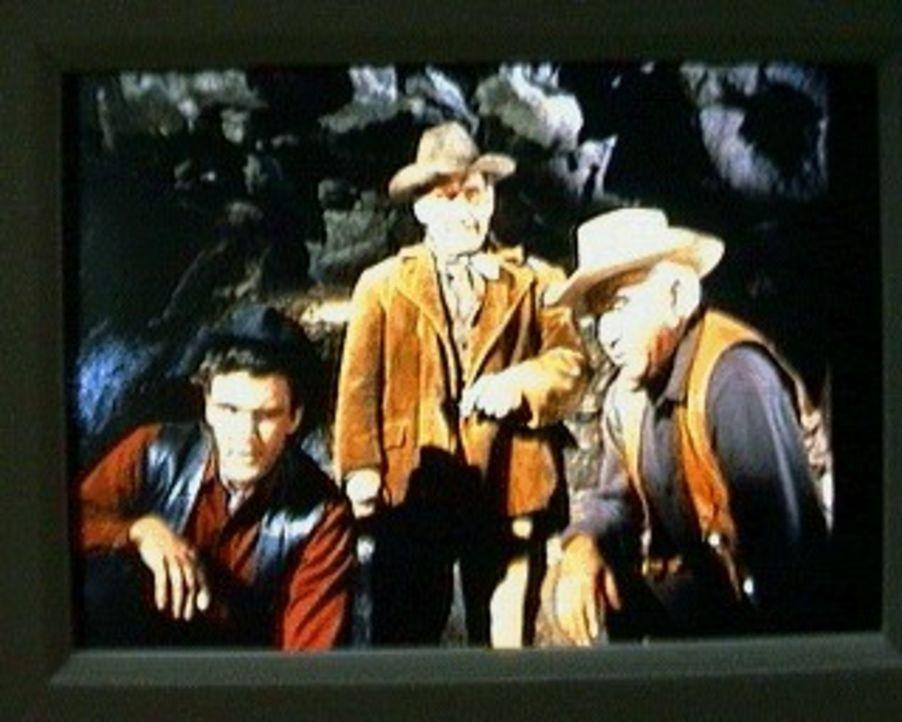 Unter einem Vorwand lockt der begnadigte Ex-Strafgefangene John Postley (James Whitmore, M.) Ben Cartwright (Lorne Greene, r.) und Candy (David Cana... - Bildquelle: Paramount Pictures