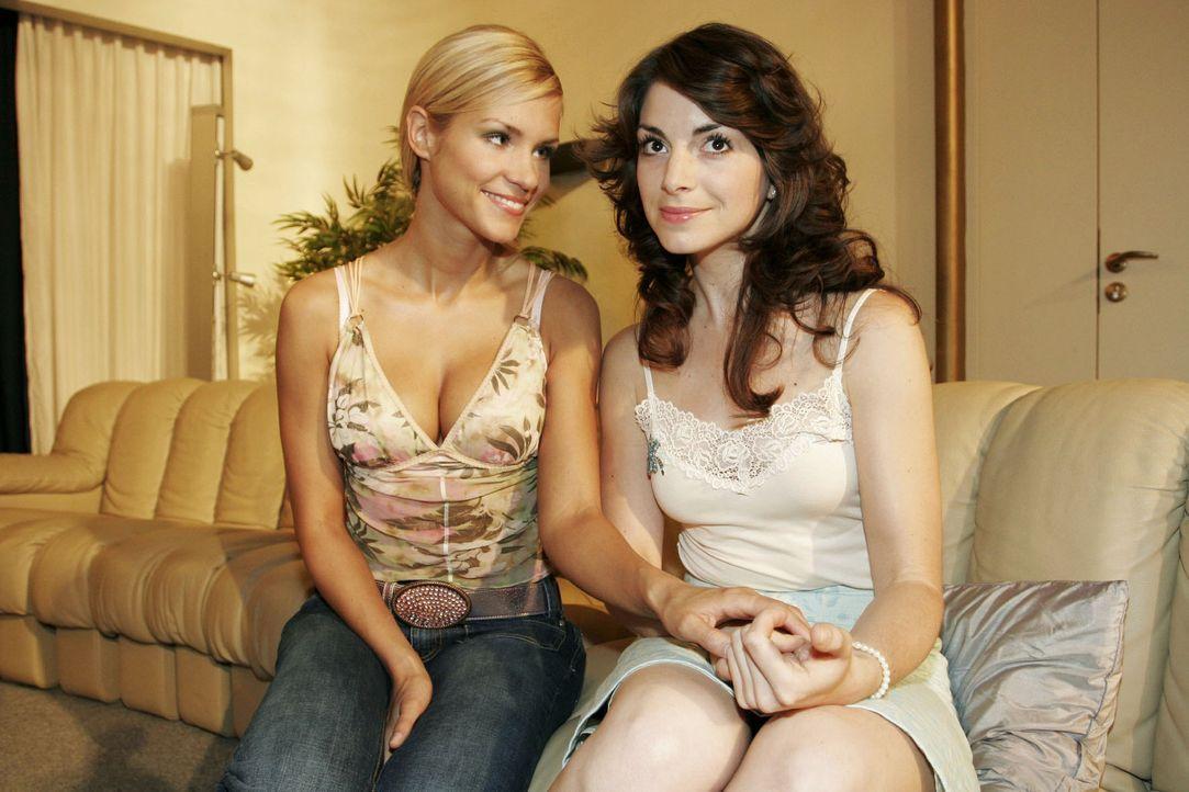 Sabrina (Nina-Friederike Gnädig, l.) stellt fest, dass sich ihre Freundin Mariella (Bianca Hein, r.) Hals über Kopf in Lars van der Lohe verliebt ha... - Bildquelle: Noreen Flynn Sat.1