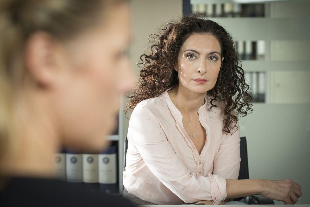 Während die Ermittlungen in einem neuen Fall auf Hochtouren laufen, sucht Steffi (Franziska Weisz, l.) wegen Mick Rat bei Tanja (Proschat Madani, r.... - Bildquelle: Martin Rottenkolber SAT.1