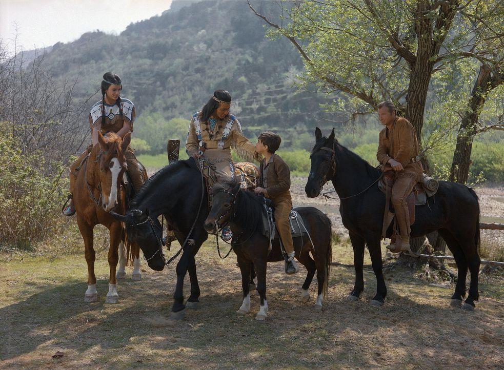 Bessie (Nada Kasapic, l.); Winnetou (Pierre Brice, 2.v.l.); Old Shatterhand (Lex Barker, r.) - Bildquelle: Tobis Film