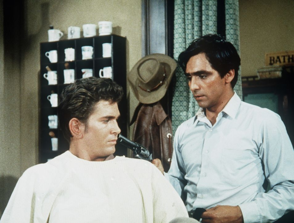 Duke Miller (Perry Lopez, r.) drängelt sich beim Barbier einfach vor - indem er den wartenden Vater des kleinen Paco erschießt. Little Joe (Michael... - Bildquelle: Paramount Pictures