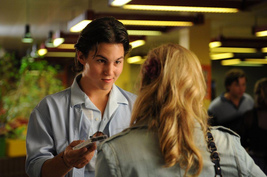 Noch glaubt Ines, dass Falko (Tim Schulz) der Mann ist, mit dem sie ein ganzes Leben glücklich sein wird. Doch dann erhält sie Besuch aus der Zukunf... - Bildquelle: Julia Terjung SAT.1