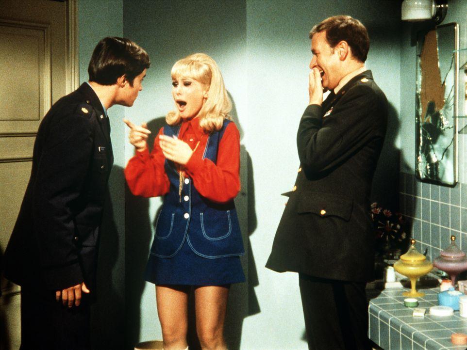 Jeannie (Barbara Eden, M.) und Roger (Bill Daily, r.) amüsiert die plötzliche Verwandlung von Tony in einen viel jüngeren Mann. - Bildquelle: Columbia Pictures