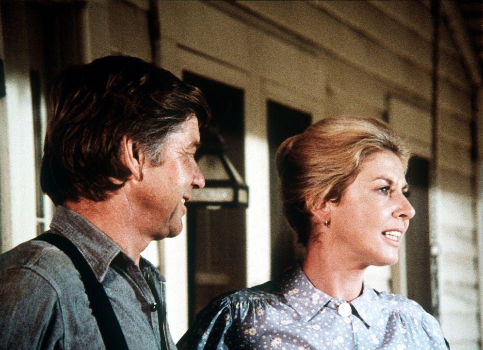 John (Ralph Waite, l.) und Olivia Walton (Michael Learned, r.) verfolgen sorgenvoll Mary Ellens Liebe zu einem Studenten. - Bildquelle: WARNER BROS. INTERNATIONAL TELEVISION