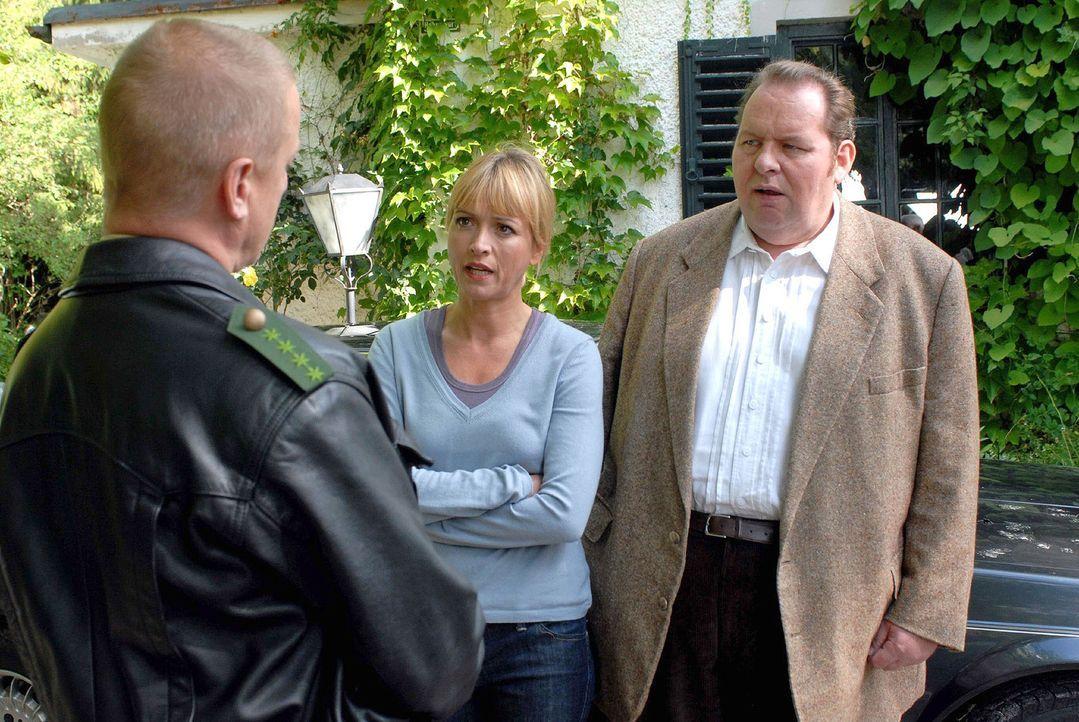 Polizist Schmidt (Norbert Mahler, l.) berichtet Benno (Ottfried Fischer, r.) und Nadine (Katharina Abt, M.) über die ersten Ermittlungsergebnisse. D... - Bildquelle: Walter Wehner Sat.1