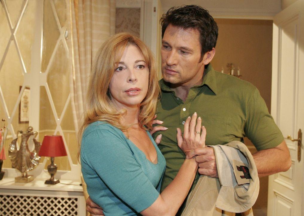 Johannes (Dieter Bach, r.) versucht Laura (Olivia Pascal, l.) umzustimmen, damit sie ihn nicht entlässt, um mehr Zeit mit Friedrich zu verbringen. - Bildquelle: Noreen Flynn Sat.1