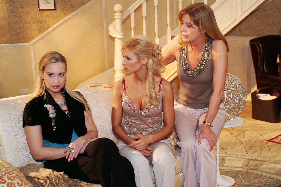 Kim (Lara-Isabelle Rentinck, l.) provoziert vor Laura (Olivia Pascal, r.) absichtlich einen Streit mit Sabrina (Nina-Friederike Gnädig, M.). - Bildquelle: Monika Schürle Sat.1