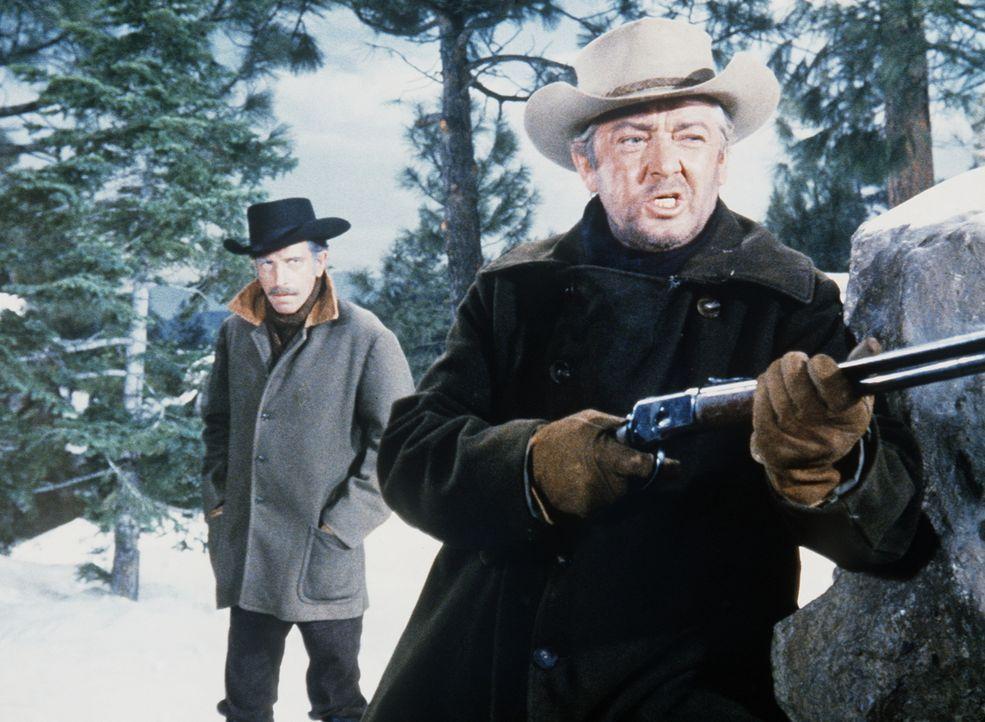 Colonel Hudson (J.D. Cannon, l.) und Sergeant Bower (Garry Walberg, r.) wollen einen Freund der Cartwrights gewaltsam festsetzen. - Bildquelle: Paramount Pictures