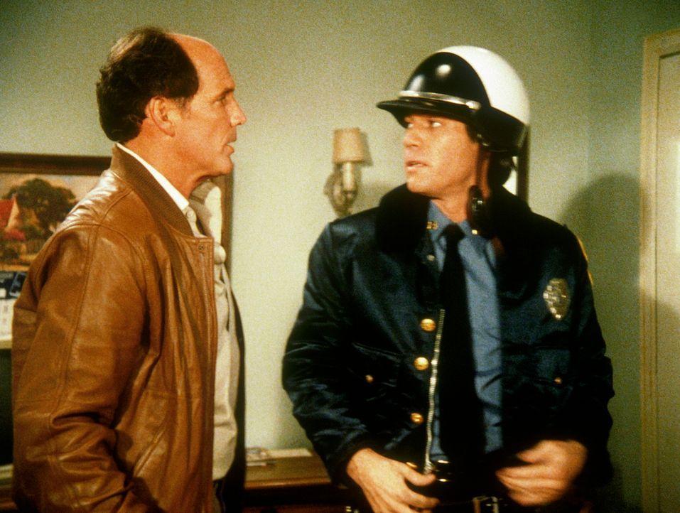 Ein russischer Agent schleicht sich in der Uniform eines Straßenpolizisten in die Nähe der Top-Agentin Amanda, da er vom KGB den Auftrag hat, sie zu... - Bildquelle: CBS Television