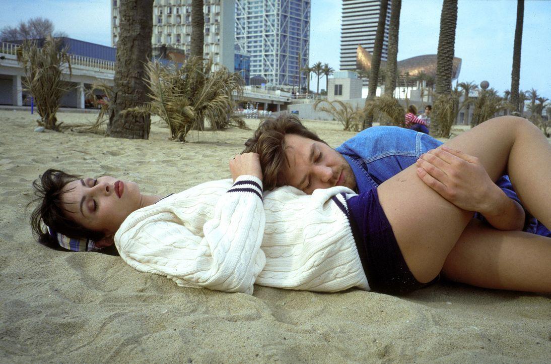 Liebe macht blind: Aus Liebe zu Paloma (Ana Alvarez, l.) gerät Christian (Kai Wiesinger, r.) in eine tödliche Falle ... - Bildquelle: Hans-Joachim Pfeiffer ProSieben