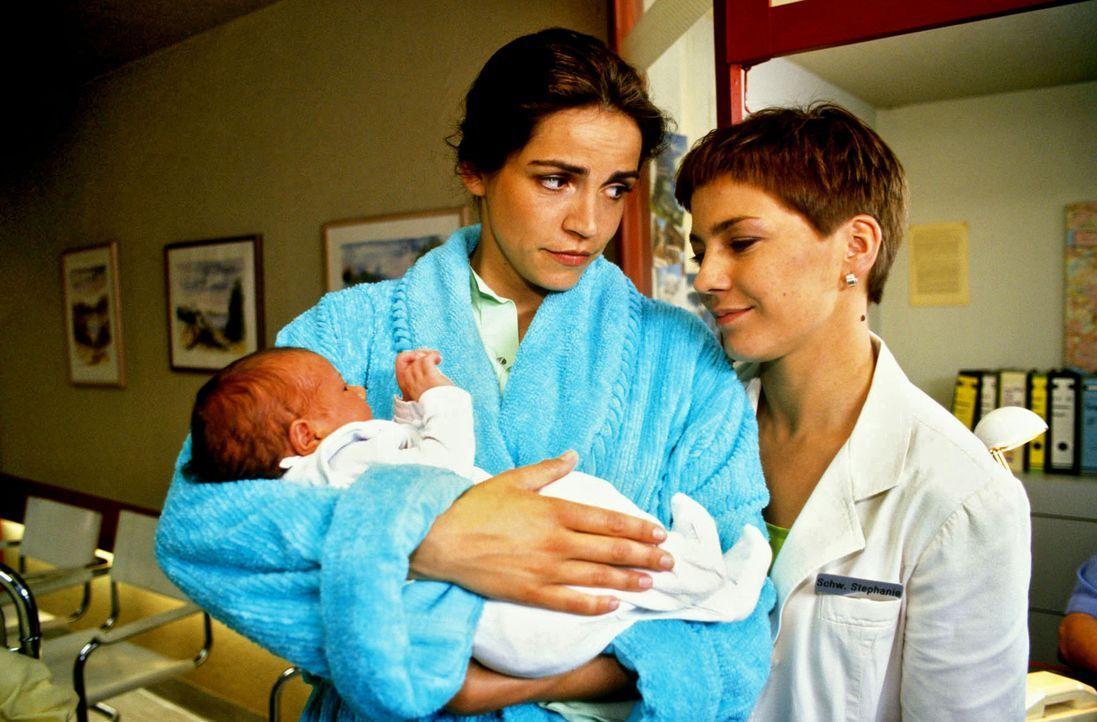 Schwester Stephanie (Claudia Schmutzler, r.)  beglückwünscht Angelika Lamm (Rebecca Immanuel, l.) zu ihrem neugeborenen Baby. - Bildquelle: Noreen Flynn Sat.1
