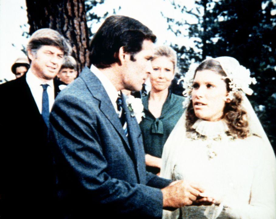 Hochzeit bei den Waltons: Mary Ellen (Judy Taylor, r.) heiratet den dem wohlhabenden Medizinstudenten David (Robert S. Woods, M.), der in der Klinik... - Bildquelle: WARNER BROS. INTERNATIONAL TELEVISION