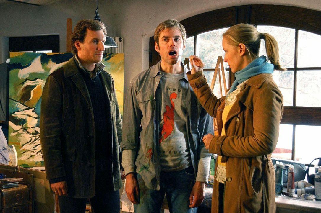 Mark (Siegfried Terpoorten, l.) und Rebecca (Lilian Klebow, r.) befragen Michael Hubschmidt (Sebastian Feicht, M.) in seinem Atelier und nehmen eine... - Bildquelle: Hans Seidenabel Sat.1