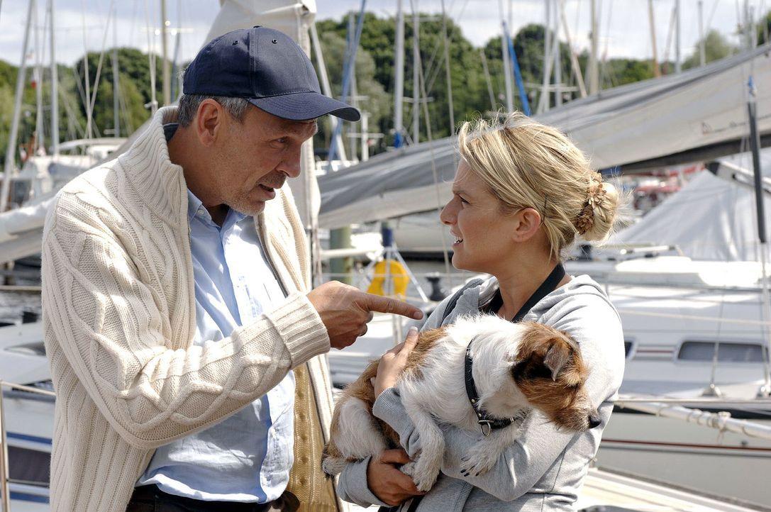 Anna (Jeanette Biedermann, r.) bringt den Hund des Yachtbesitzers (Matthias Dittmer, l.) zurück und kommt mit diesem ins Gespräch. - Bildquelle: Oliver Ziebe Sat.1