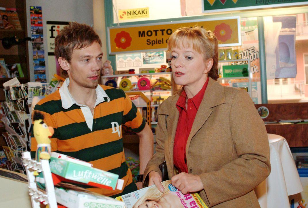 Helga (Ulrike Mai, r.) versucht Jürgen (Oliver Bokern, l.) davon zu überzeugen, dass sie als Aushilfe für den Kiosk die geeignete Kraft wäre. Doch J... - Bildquelle: Monika Schürle Sat.1