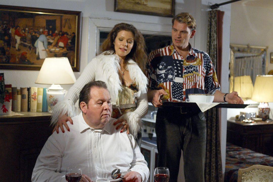 In der Pension Berghammer wird Benno (Ottfried Fischer, l.) von seinen Gästen und Schauspielerkollegen Barbirella (Leonore Capell, M.) und Cary (Göt... - Bildquelle: Walter Wehner Sat.1