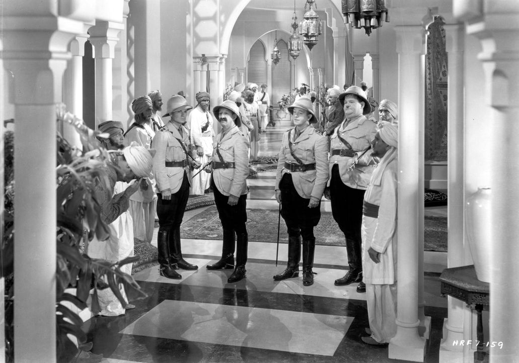 Stanley MacLaurel (Stan Laurel, M.2.v.r.); Ollie (Oliver Hardy, M.r.) - Bildquelle: Warner Bros.