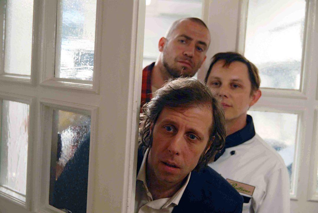 Bengt (Oliver Korittke, l.), Sven (Arndt Schwering-Sohnrey, M.) und Jörn (Bürger Lars Dietrich, hinten l.) beobachten die Annäherung von Sara und Ge... - Bildquelle: Hardy Spitz Sat.1