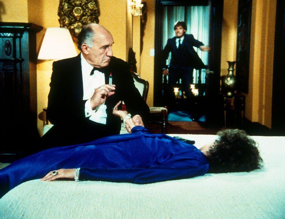 Lee (Bruce Boxleitner, hinten) kommt zu spät: Hollander (Walter Gotell, l.) hat Amanda (Kate Jackson, liegend) ein Nervengift injiziert. - Bildquelle: CBS Television