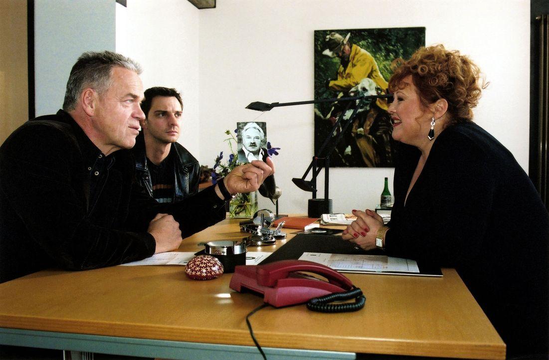 Carmen Huber (Franziska Troegner, r.), die Chefin der Vermittlungsagentur, wird von Kommissar Wolff (Jürgen Heinrich, l.) und Tom (Steven Merting, M... - Bildquelle: Claudius Pflug Sat.1