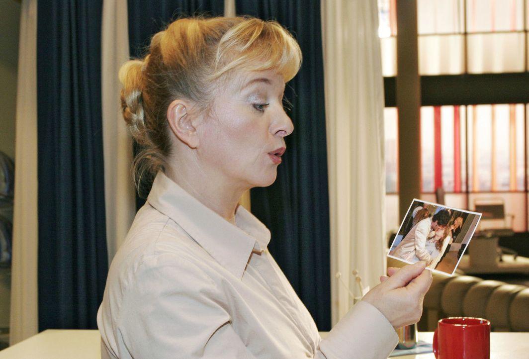 Helga (Ulrike Mai) erfährt durch ein Pressefoto von dem Kuss zwischen ihrer Tochter und Rokko. - Bildquelle: Noreen Flynn Sat.1