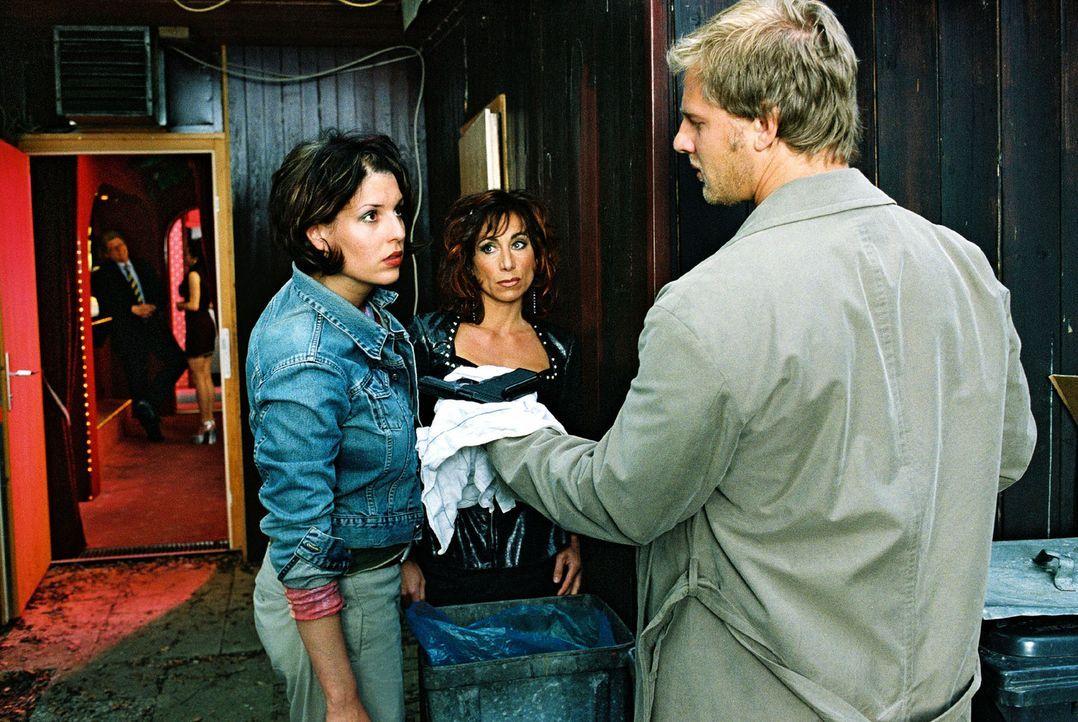 Leo (Henning Baum, r.) zeigt Nina (Elena Uhlig, l.) und Angie (Andrea Eckert, M.) die Waffe, mit der Sandra erschossen wurde. - Bildquelle: Christian A. Rieger Sat.1