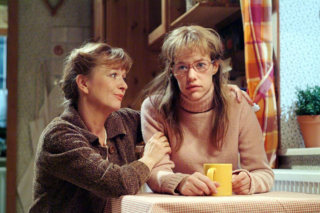 Helga (Ulrike Mai, l.) merkt, dass es Lisa (Alexandra Neldel, r.) nicht gut geht und sie mit den Tränen kämpft. (Dieses Foto von Alexandra Neldel da... - Bildquelle: Monika Schürle Sat.1