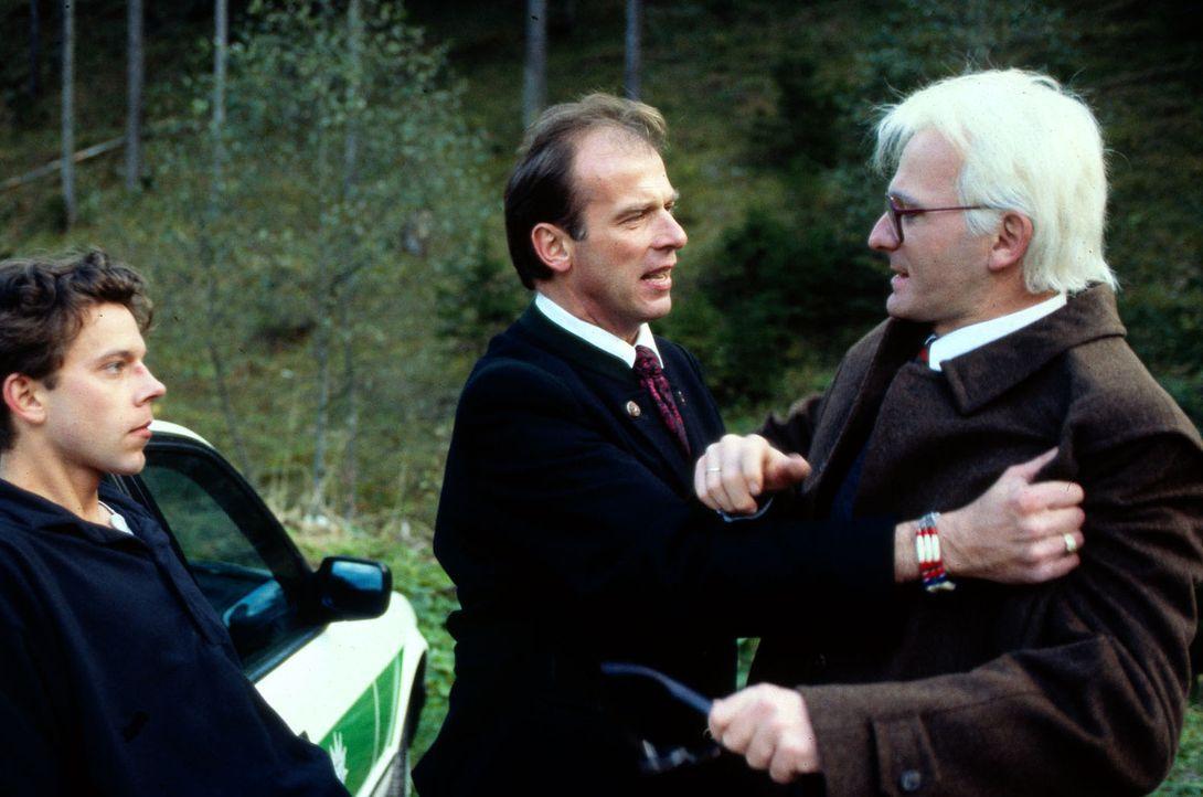 Valentin (Wolfgang Fierek, M.) geht zwischen Staatssekretär Maisinger (Michael Lerchenberg, r.) und dessen Sohn Axel (George Lenz, l.). Ausgerechnet... - Bildquelle: Mathe Sat.1