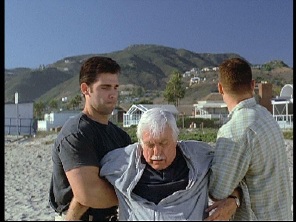 Mark (Dick Van Dyke, M.) wird von zwei Gangstern, die ihn mit einem Mafiaboss verwechseln, betäubt und entführt. Was haben die hemmungslosen Typen m... - Bildquelle: Viacom